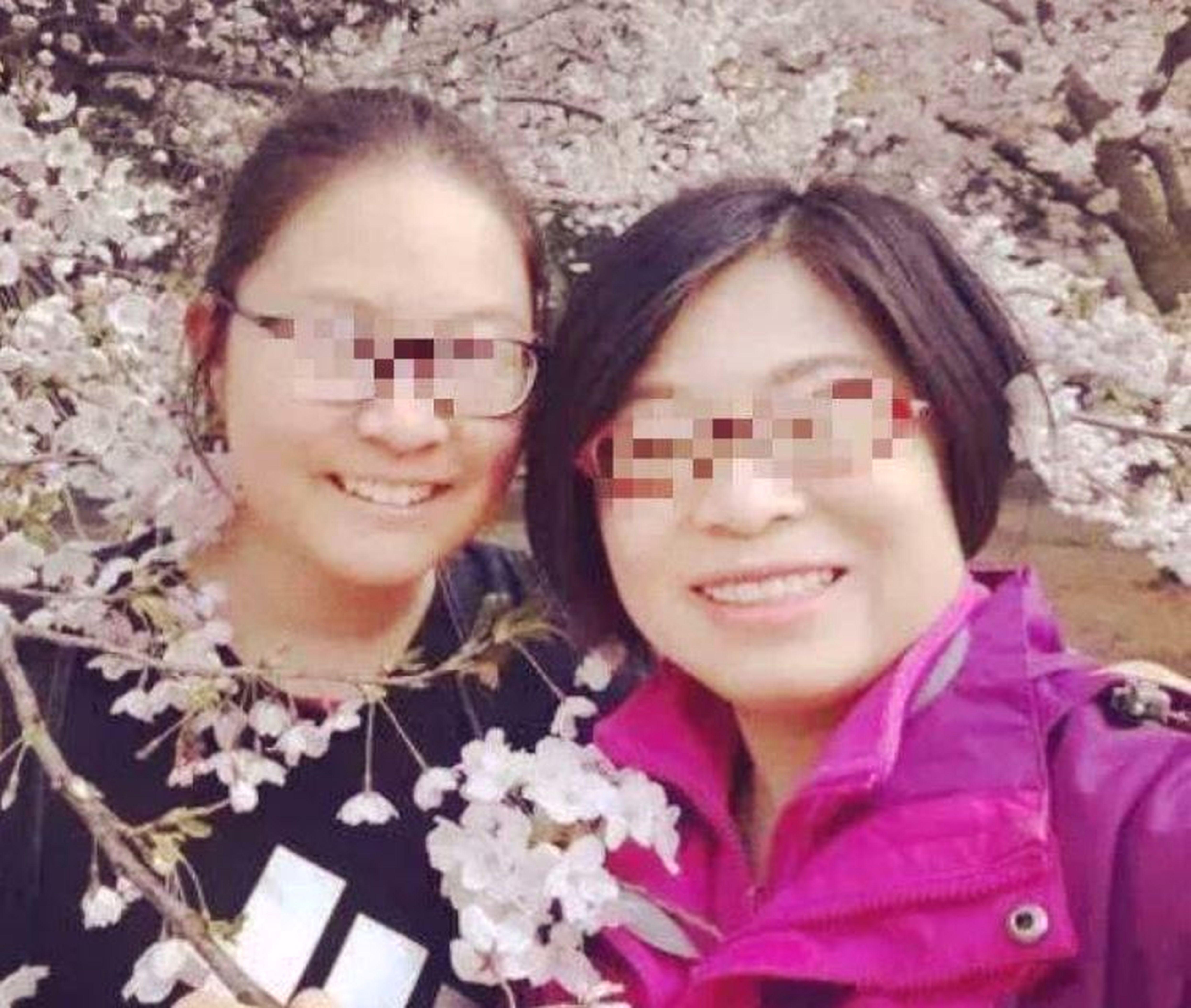 張姓女律師(右)與女兒的合影。(取材自微博)