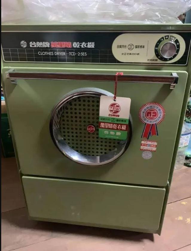 網友打掃找到38年前的骨董乾衣機。(取材自爆廢公社)