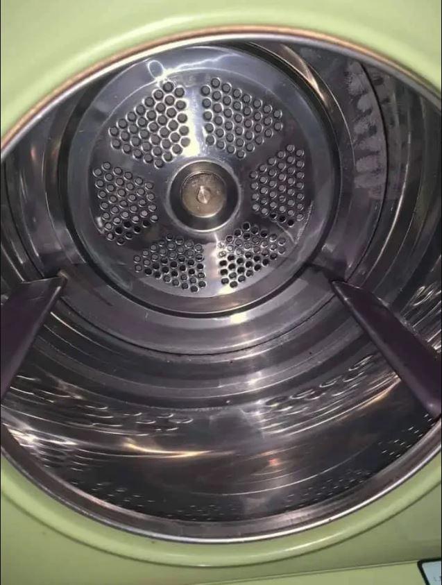 1982年全新未使用的骨董乾衣機仍亮晶晶。(取材自爆廢公社)