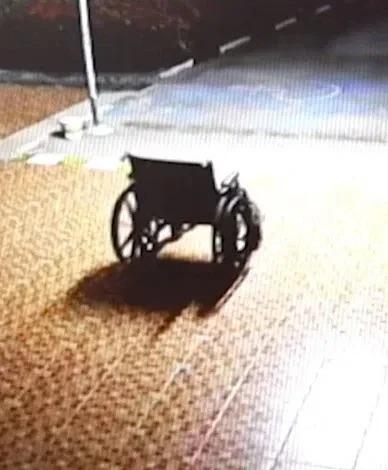 監視器拍下輪椅自己移動到門口,令人毛骨悚然。取材自太陽報