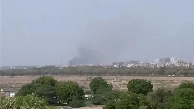 墜機現場冒出的大量黑煙,從很遠的地方就可看到。路透