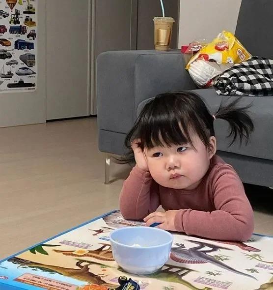 小妹妹有著紅潤的臉頰,和一副生無可戀的表情。翻攝自IG「luvv_hyul」