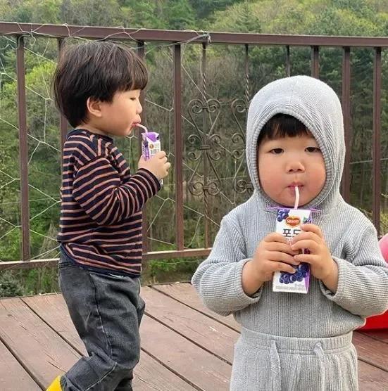 小妹妹和哥哥成長的點點滴滴,在網路上迅速暴紅。翻攝自IG「luvv_hyul」