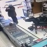 身障男「雙腳舉槍」凶狠搶劫 銀樓店員愣:不知道他要搶