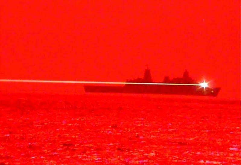 美國海軍兩棲船塢登陸艦「波特蘭」16日進行固態雷射-技術成熟雷射武器系統驗證器MK 2 MOD 0海試,成功摧毀一架飛行中的無人機。取材自flickr/U.S. Pacific Fleet