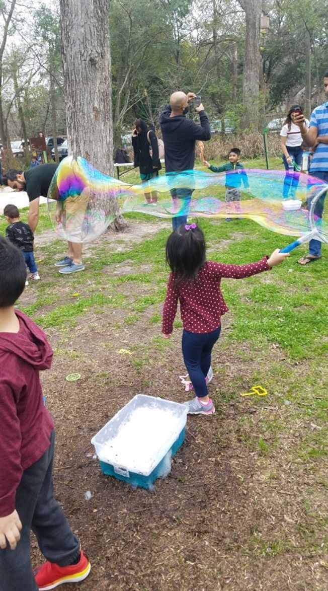 自然探索中心適合全家同遊,給小孩子許多動手體驗的項目。(Nature Discovery Center臉書)