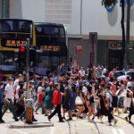 悶壞了!香港長假爆人潮 萬人湧長洲 海灘鬧市現人龍