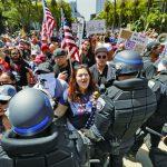 橙縣槓上州長 數千人抗議關海灘