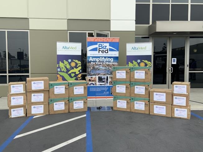 南加州華人聯合總會與州眾議員卡瑞洛(Wendy Carrillo)、「BizFed Institute」建立合作關係,向社區捐贈共計5萬個口罩。(主辦方提供)