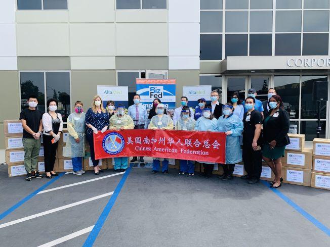 南加州華人聯合總會向一線醫護工作者捐贈口罩。(主辦方提供)
