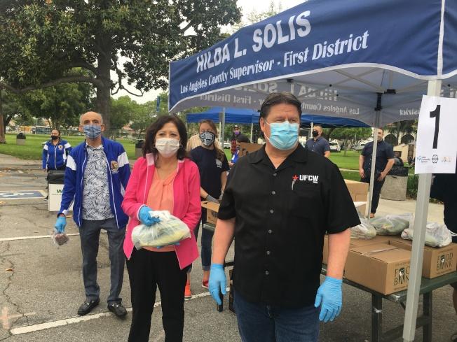 縣政委員蘇麗絲和社區多個組織向民眾派送食物。(記者王全秀子/攝影)