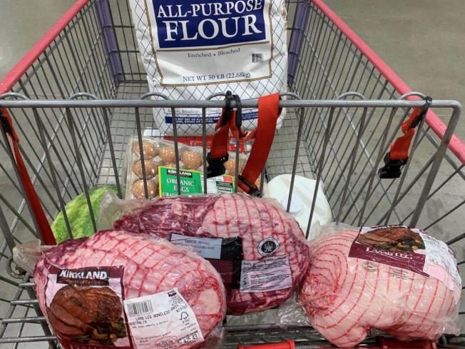 沒有新鮮肉品,只好退而求其次買了真空包裝的羊肉腿。(蔣毅提供)