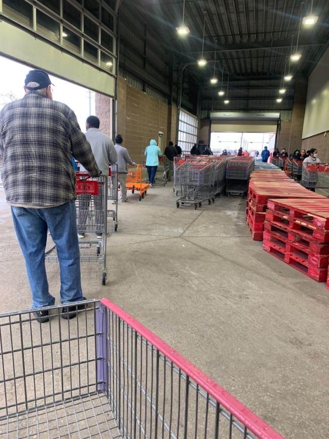 好市多一早就出現搶購肉品的排隊人潮。(蔣毅提供)