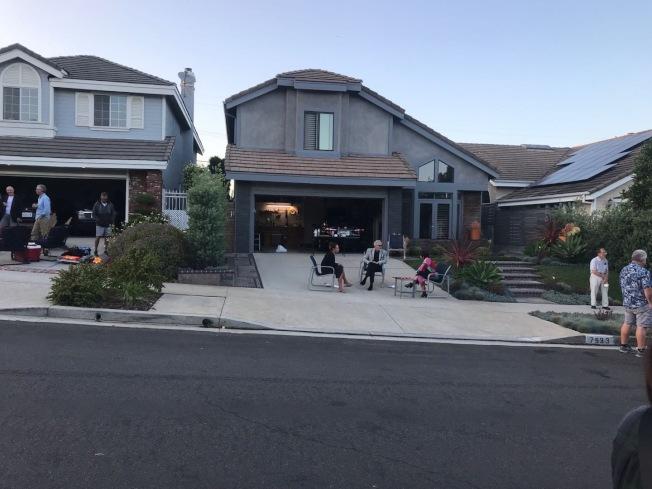 在洛杉磯海邊小城Playe del Rey有社區居民舉辦週末快閃聚會。(讀者提供)