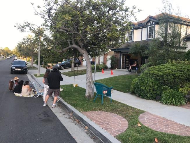在洛杉磯海邊小城Playe del Rey,有居民舉辦週末快閃聚會。(讀者提供)