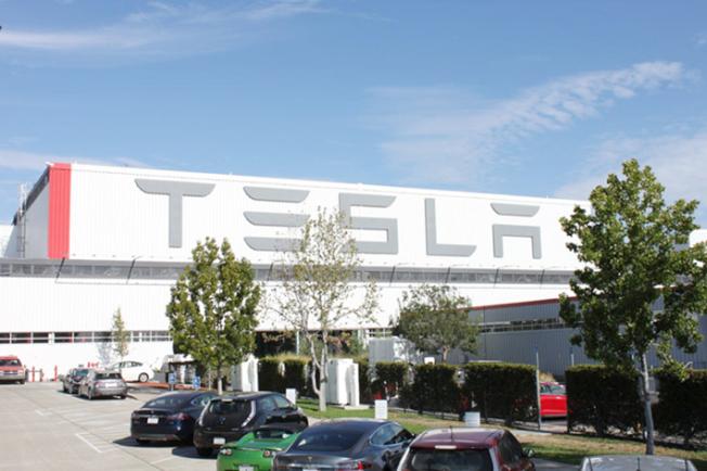 Tesla在東灣佛利蒙的車廠,車廠雇用1萬名員工。(Getty Images)