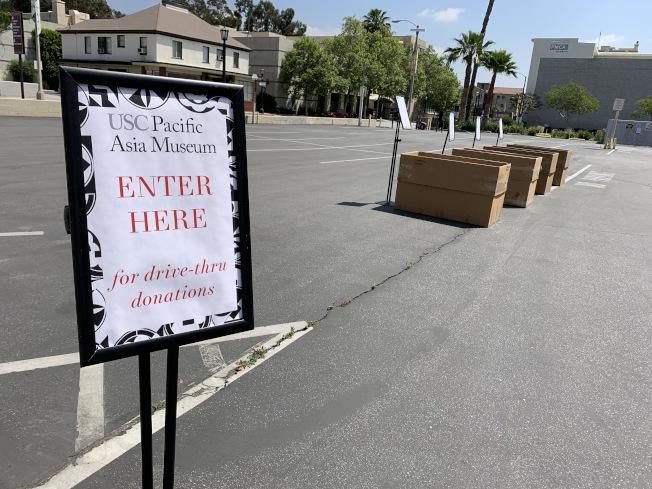 南加大亞太博物館(USC Pacific Asia Museum)在博物館旁停車場,設立一日「得來速」捐贈站。(記者謝雨珊/攝影)