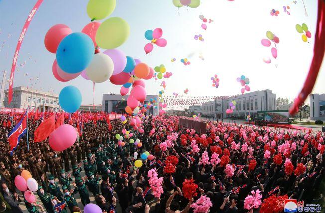 北韓領導人金正恩1日現身平安南道順川肥料廠竣工儀式,觀禮民眾幾乎都戴口罩。(Getty Images)