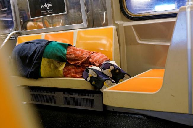 新冠疫情期間,紐約地鐵內遊民問題嚴重。(路透)