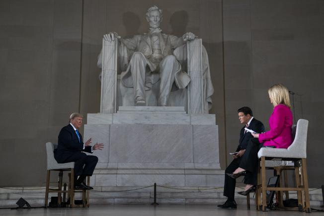 川普總統3日在林肯紀念堂出席「虛擬里民大會」,就防疫、疫苗和重啟經濟,接受各地觀看直播的觀眾提問。(美聯社)