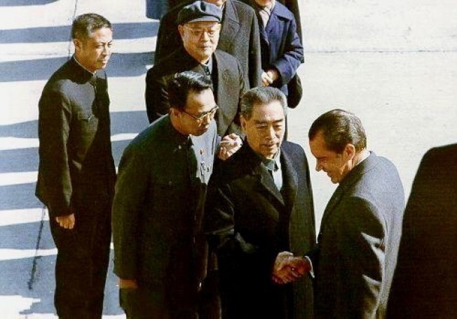 尼克森总统访华,周恩来总理接机,冀朝铸(左二)担任口译。(网路图片)