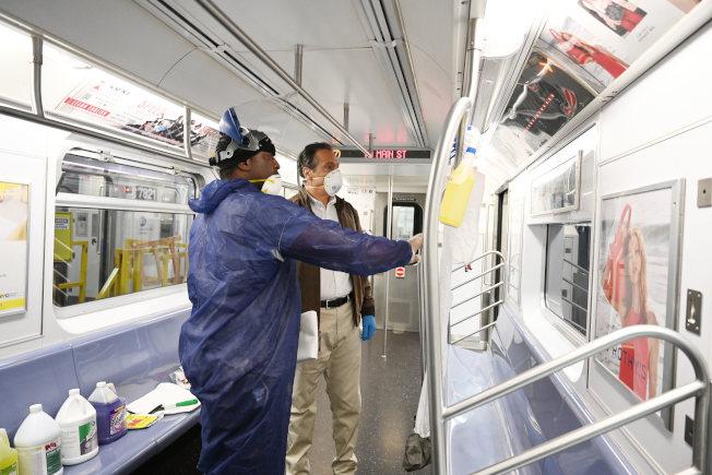州府此前下令紐約市地鐵每天凌晨停運消毒,圖為州長葛謨考察地鐵車廂消毒情況。(州長辦公室提供)