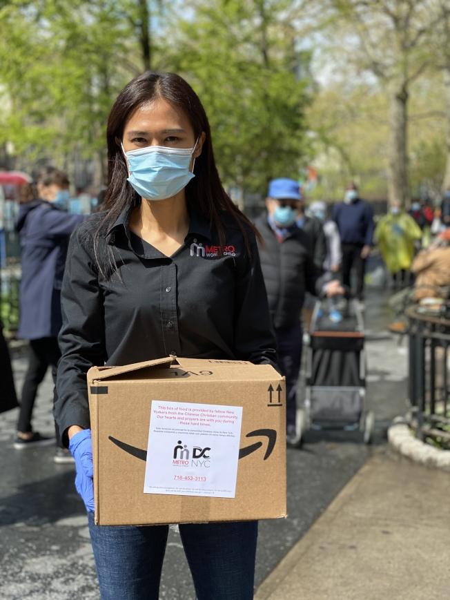 大都會國際兒童事工全職志工吳彥妮,在紐約多個社區派送免費食物箱。(吳彥妮提供)