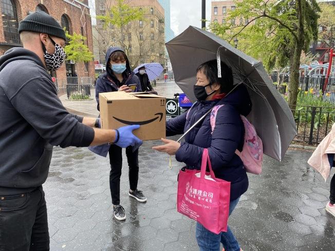 大都會國際兒童事工日前到曼哈頓華埠派送食物箱給社區。(吳彥妮提供)