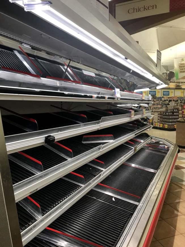 超市肉类限购,鸡肉货柜空空如也。(记者谢哲澍/摄影)