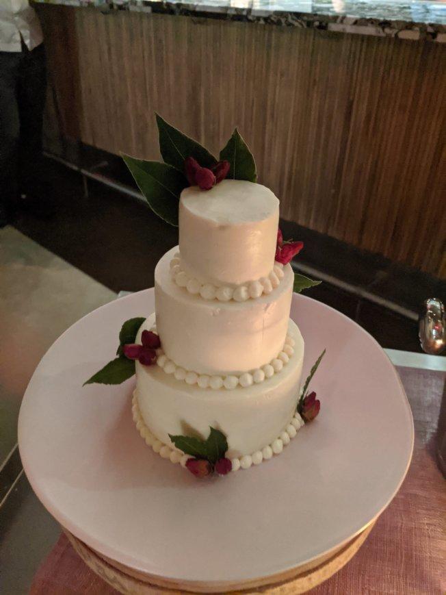 餐廳員工為羅倫和凱勒親手做的迷你三層蛋糕。(Emilie's DC提供)