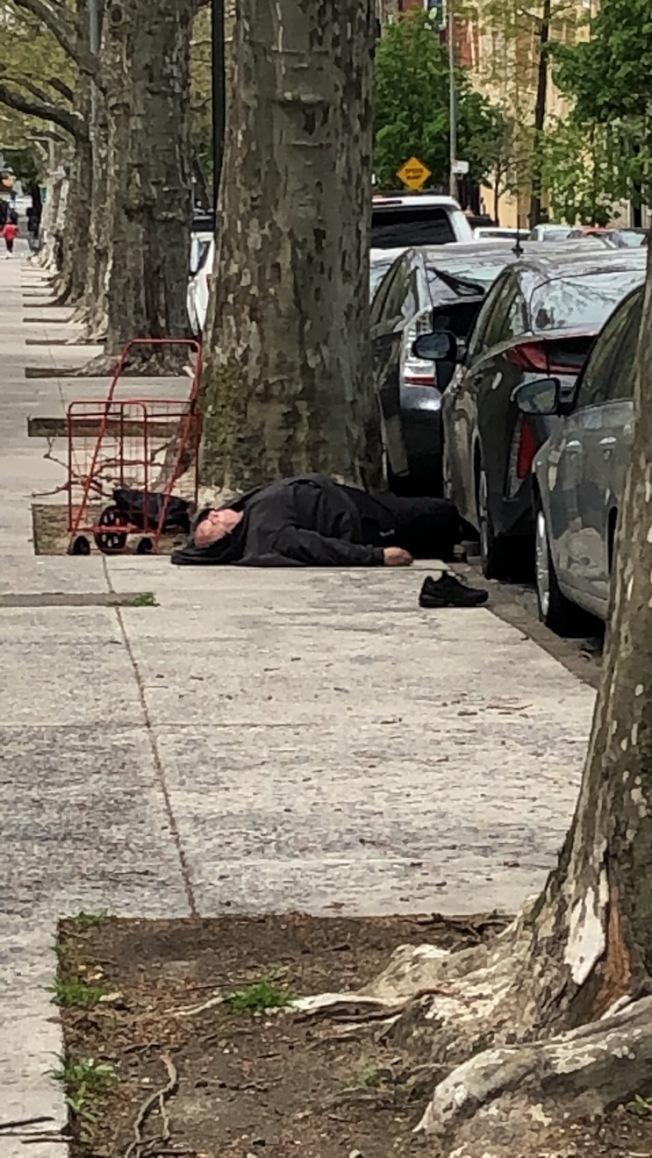 蕭小姐看見一名白人男子光天化日下躺臥在路邊,很是嚇人。(蕭小姐提供)