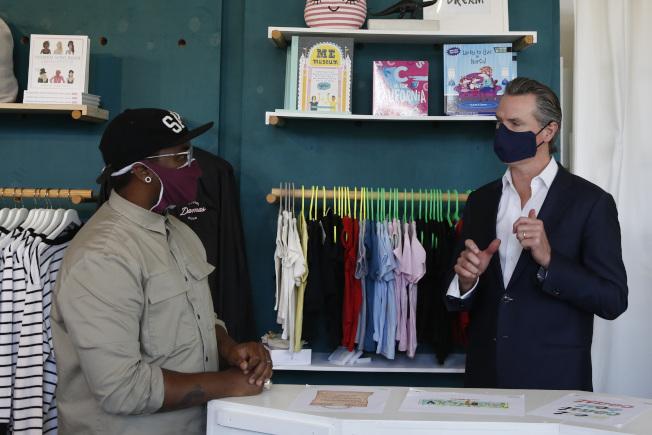 加州州長紐森5日在洛杉磯向店家說明,加州分階段解封的內容。(美聯社)