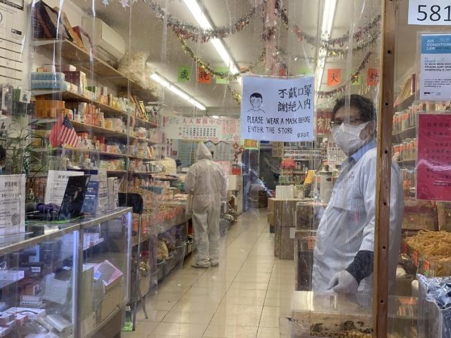 雜貨店員工防護裝備堪比醫護人員。(記者黃伊奕/攝影)