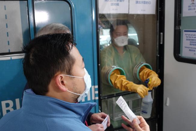 新冠病毒流動檢測車開進華埠。(記者金春香/攝影)