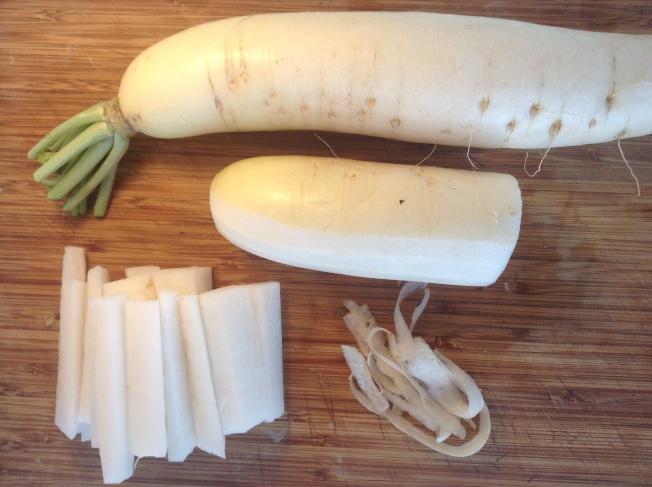 1.白蘿蔔洗淨,用去皮器去掉蘿蔔根鬚及一層薄薄的表皮,切成中指一般的蘿蔔條。