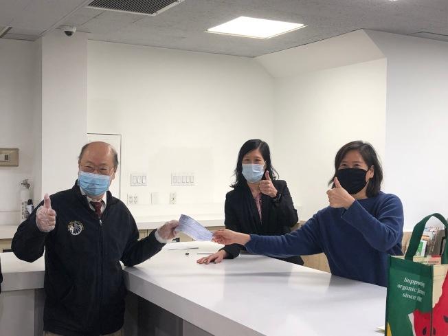 中華公所主席于金山(左起)收取PPP支票,並與國寶銀行董事孫儀芬及總裁孫儀文合影。(華僑學校提供)