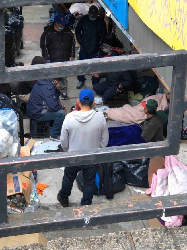 大批遊民聚集在艾姆赫斯特華裔商家店面,讓眾人頭痛。(讀者提供)