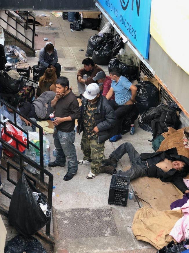 大批遊民聚集在艾姆赫斯特華裔商家店面,讓眾人頭痛。