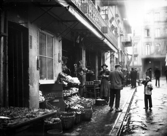 1895年舊金山華埠的肉食和蔬果鋪。(PBS提供)