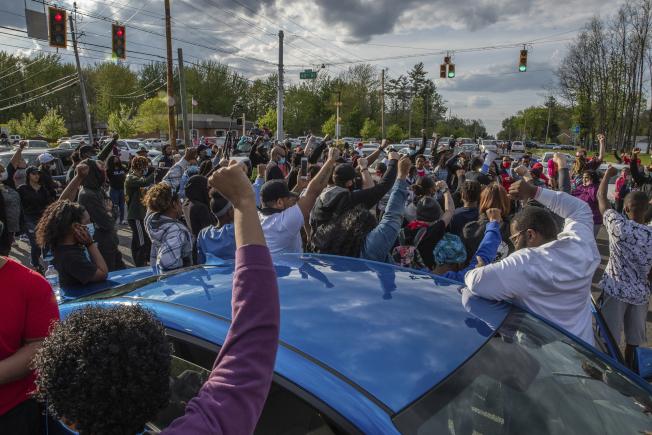 抗議群眾7日走上印第安納波利斯市街頭,抗議警方執法過當,在相隔幾小時的不同事件中,槍殺兩名非裔男子並撞上一名孕婦,孕婦肚內胎兒也回天乏術。(美聯社)