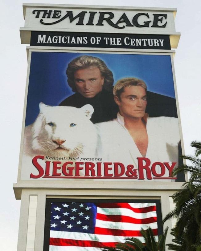 洛伊(右)與齊格菲的「白老虎秀」,曾是拉斯維加斯最轟動的招牌,更為Mirage飯店帶來大筆收入。(取材自Instagram)