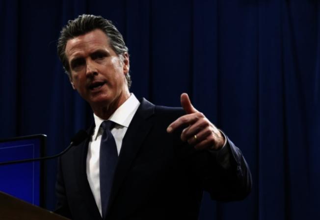 加州州長紐森(Gavin Newsom)8日簽署行政命令,呼籲加州登記選民申請郵寄選票(mail-in ballot) 投票。(本報檔案照)