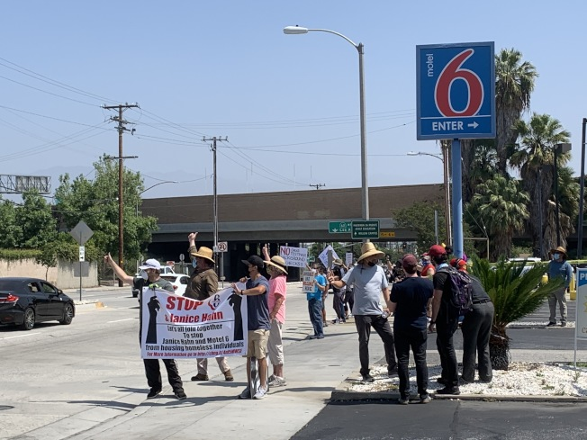 哈岡居民9日在一家Motel 6 旅館前集會抗議。(記者謝雨珊/攝影)