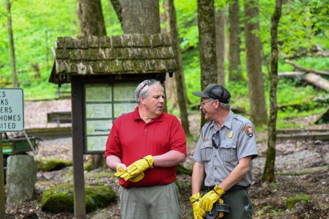 田州的大煙山國家公園於9日率先重新開幕。圖為國家公園局人員與內政部長柏恩哈特(左)6日探視公園。(美聯社)