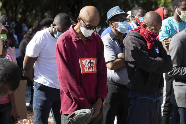 喬治亞州白人父子槍殺非裔男子艾伯里事件引起的種族怒火持續延燒。圖為示威者日前發動抗議。(美聯社)