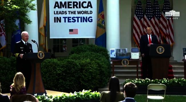 美國總統川普11日在白宮玫瑰花園舉行記者會,說明病毒測試最新進展,白宮升高防疫規格,以雙講台隔開川普與官員的接觸。取自白宮直播畫面