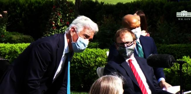 白宮記者參與記者會均戴口罩,且靠近固定式麥克風提問。取自白宮直播畫面