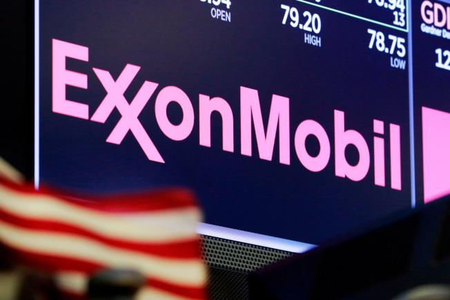 原油供過於求,期貨成為負數,石油公司股票下跌。(美聯社)