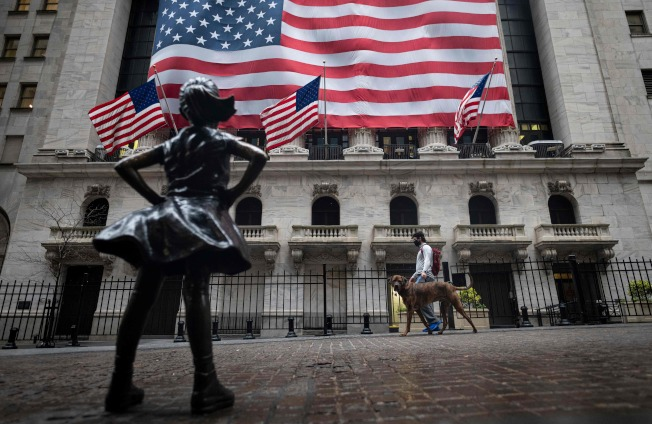 股市上下震盪幅度大,讓投資者左右為難。(Getty Images)