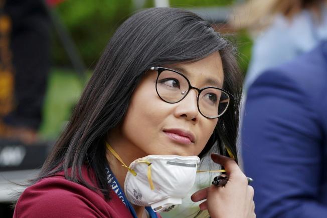美籍華裔女記者江維佳11日在白宮記者會上提問,美國總統川普明顯不高興她的問題,叫她「去問中國」。路透